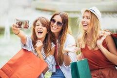 Tres mujeres que hacen compras junto Imagen de archivo libre de regalías