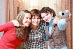 Tres mujeres que se fotografían Fotos de archivo libres de regalías