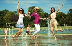 Tres mujeres que se relajan Imágenes de archivo libres de regalías