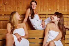 Tres mujeres que se sientan en sauna Fotografía de archivo libre de regalías