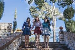 Tres mujeres que van abajo de las escaleras Fotos de archivo libres de regalías