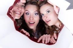 Tres mujeres sonrientes jovenes foto de archivo