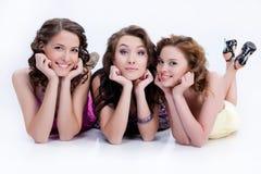 Tres mujeres sonrientes jovenes fotografía de archivo