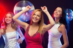 Tres mujeres sonrientes que bailan en el club Imagen de archivo libre de regalías
