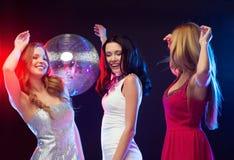 Tres mujeres sonrientes que bailan en el club Imagenes de archivo