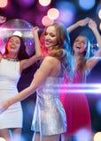 Tres mujeres sonrientes que bailan en el club Imágenes de archivo libres de regalías