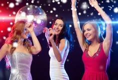 Tres mujeres sonrientes que bailan en el club Fotografía de archivo libre de regalías