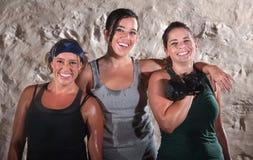 Tres mujeres sudorosas del entrenamiento del campo de cargador del programa inicial Foto de archivo libre de regalías