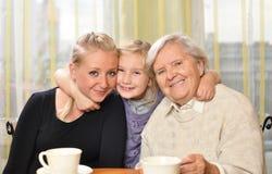 Tres mujeres - tres generaciones. Fotos de archivo