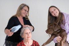 Tres mujeres y un perro Fotos de archivo libres de regalías
