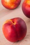 Tres nectarinas jugosas maduras frescas sabrosas Fotografía de archivo