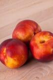 Tres nectarinas jugosas maduras frescas sabrosas Imágenes de archivo libres de regalías