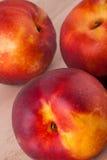 Tres nectarinas jugosas maduras frescas sabrosas Fotografía de archivo libre de regalías