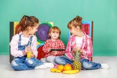 Tres niños con la fruta El concepto de una forma de vida sana, f Foto de archivo libre de regalías