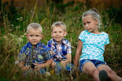 Tres niños en prado Imagen de archivo