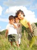 Tres niños felices en naturaleza imagenes de archivo