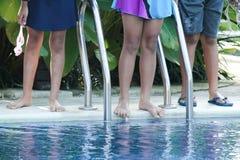 Tres niños nadarán en la piscina imagen de archivo