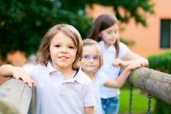 Tres niños que juegan afuera Fotografía de archivo libre de regalías