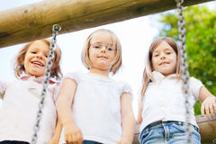 Tres niños que juegan afuera Imágenes de archivo libres de regalías