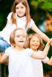 Tres niños que juegan afuera Fotografía de archivo