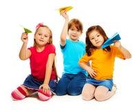 Niños y aeroplano de papel foto de archivo