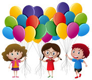 Tres niños que sostienen los globos stock de ilustración