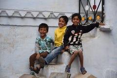 Tres niños indios felices que sonríen en la cámara en Udaipur, Rajasthán, la India Fotografía de archivo