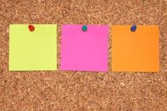 Tres notas en blanco coloridas. fotografía de archivo