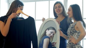 Tres novias en el espejo que la mira almacen de video