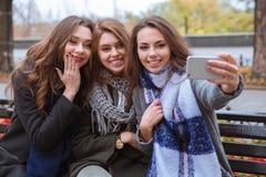 Tres novias que hacen la foto en smartphone foto de archivo