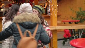 Tres novias que toman un Selfie con el teléfono elegante en el mercado de la Navidad Mujeres felices que se divierten al aire lib metrajes
