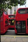 Tres omnibuses rojos en Londres Fotografía de archivo libre de regalías