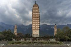 Tres pagodas de templo de Chongsheng cerca de Dali Old Town, provincia de Yunnan, China Imagen de archivo