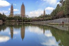 Tres pagodas de templo de Chongsheng cerca de Dali Old Town, provincia de Yunnan, China Fotografía de archivo