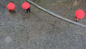 Tres paraguas rojos Fotos de archivo libres de regalías