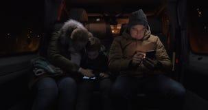 Tres pasajeros que usan móviles en microbús metrajes