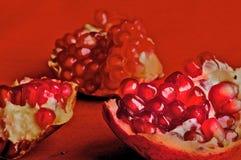 Tres pedazos de granada y de gérmenes de la granada Imagen de archivo