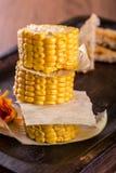 Tres pedazos de maíz dulce colocados en una pila Imagenes de archivo