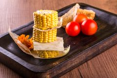Tres pedazos de maíz dulce con pan y tomates Imagen de archivo libre de regalías