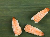 Tres pedazos de sushi de rey Prawn Japanese Style Fotografía de archivo