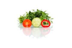 Tres pedazos que cortan de verduras con el perejil aislado en pizca Imagen de archivo