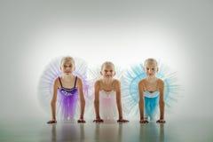 Tres pequeñas bailarinas en estudio de la danza fotografía de archivo libre de regalías