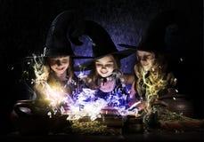 Tres pequeñas brujas imagenes de archivo