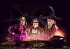 Tres pequeñas brujas fotos de archivo