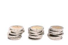 Tres pequeñas columnas de las monedas dos-euro aisladas Fotografía de archivo