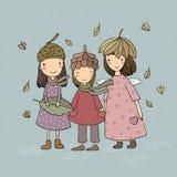 Tres pequeñas hadas del bosque Duendes de la historieta Postal del otoño Tres hermanas en disfrazado - vector ilustración del vector