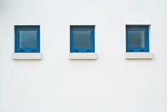 Tres pequeñas ventanas azules Foto de archivo