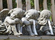 Tres pequeños ángeles hechos de piedra Fotos de archivo libres de regalías