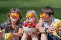 Tres pequeños amantes locos de la fruta Imágenes de archivo libres de regalías