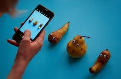 Tres peras divertidas con los ojos googly Imagenes de archivo